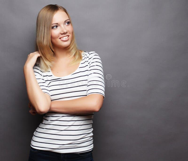 piękne uśmiechnięci młodych kobiet Nad popielatym tłem zdjęcia royalty free