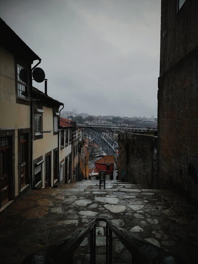 Piękne wąskie ulicy przy Oporto Starym miasteczkiem zdjęcia stock