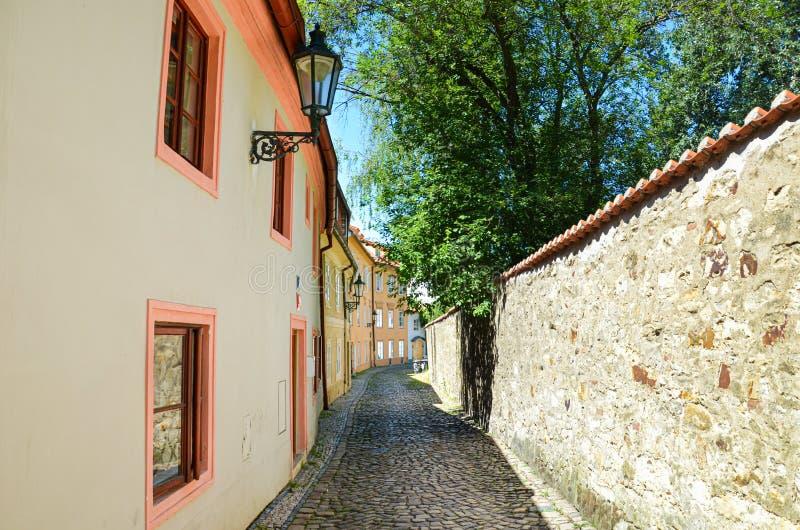 Piękne wąskie ulicy w Novy Svet, Praga, republika czech Brukowa? ulicy Zadziwiający dziejowy miasto Czeski kapita? Czechia, obrazy royalty free