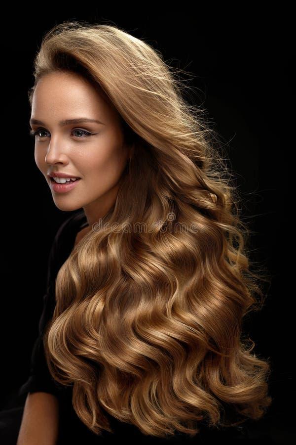 piękne włosy długie Kobieta model Z blondynka Kędzierzawym włosy fotografia stock