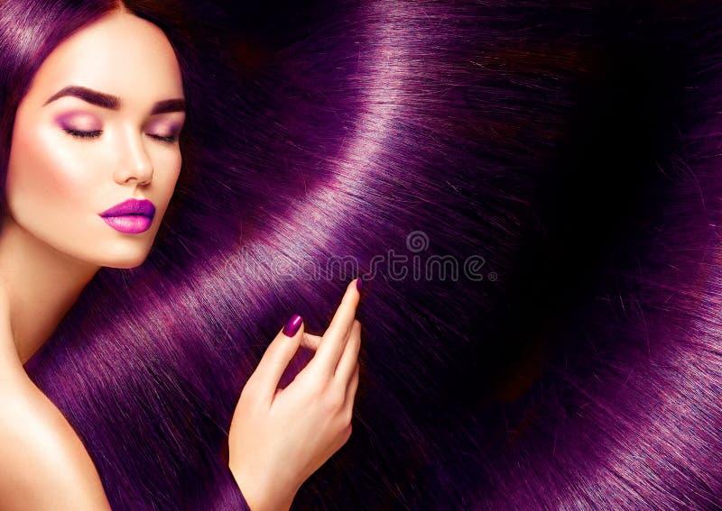 piękne włosy Piękno brunetki kobieta z długim prostym czerwonym włosy fotografia royalty free