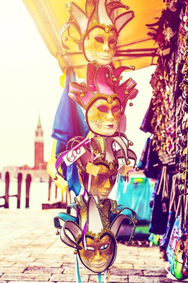 Piękne Weneckie maski z San Giorgio Maggiore kościół na tle Ulica sklep w Wenecja Włochy outdoors San Marco Touri obrazy stock