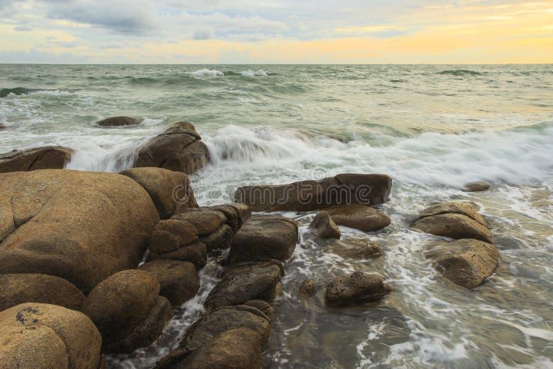 Piękne zmierzchu i morza fala zdjęcie stock