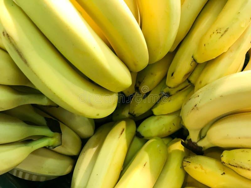 Pięknego żółtego naturalnego słodkiego smakowitego dojrzałego miękkiego round duzi jaskrawi banany Tekstura, tło obrazy stock