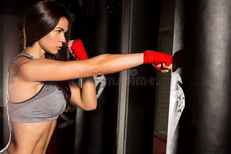 Pięknego żeńskiego treningu czynnościowy szkolenie zdjęcie stock