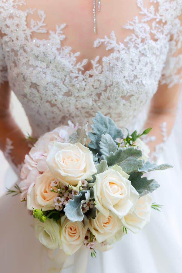 Pięknego bukieta ślubna panna młoda poślubia młodego dorosłego ślubu projekt zdjęcie stock