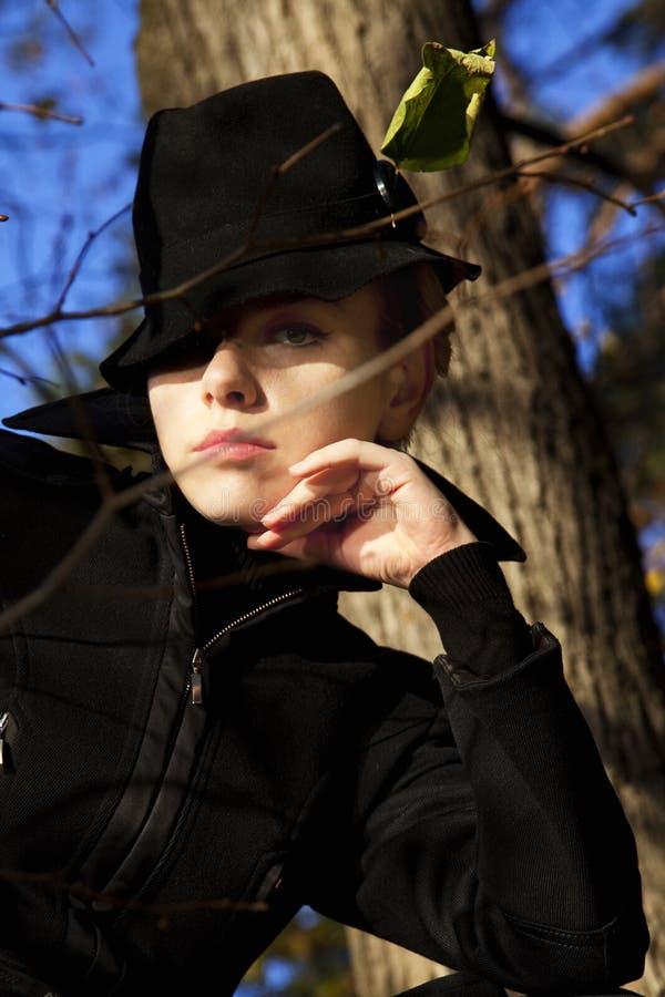 pięknego czarnego kapeluszu eleganccy kobiety potomstwa zdjęcia stock