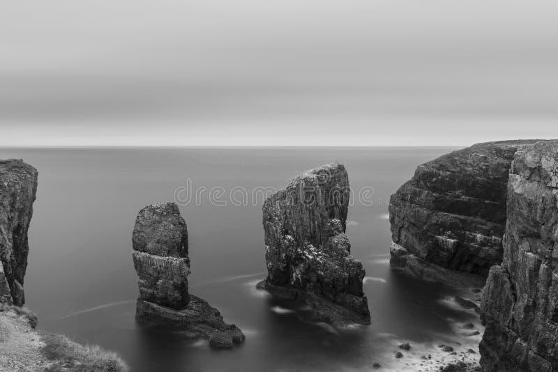 Pięknego długiego ujawnienia zmierzchu krajobrazu czarny i biały wizerunek o obrazy stock