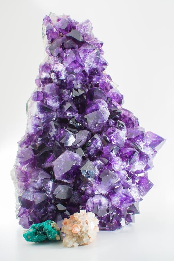 Pięknego dużego purpurowego jaskrawego gemstone ametystowy kryształ odizolowywał c obraz royalty free