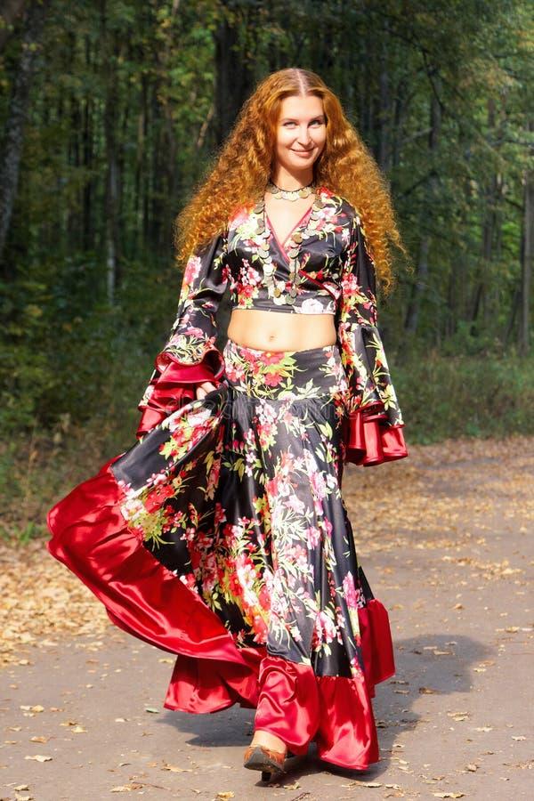 pięknego imbirowego dziewczyny gypsy z włosami kostium obraz royalty free