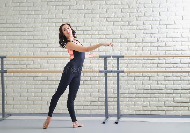 Pięknego kobieta tancerza ćwiczy balet przy dancingowym studiiem obraz stock