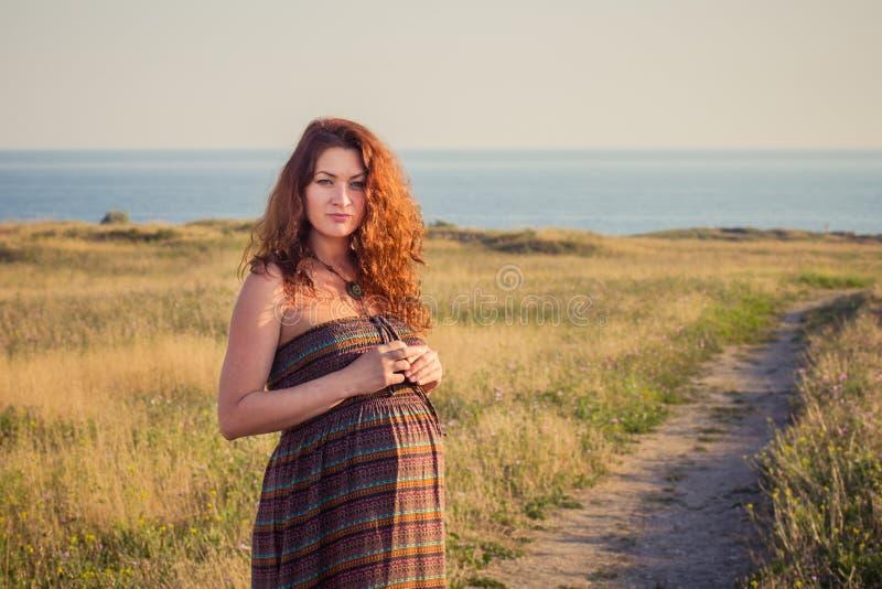 Pięknego kobieta w ciąży relaksujący outside obraz royalty free