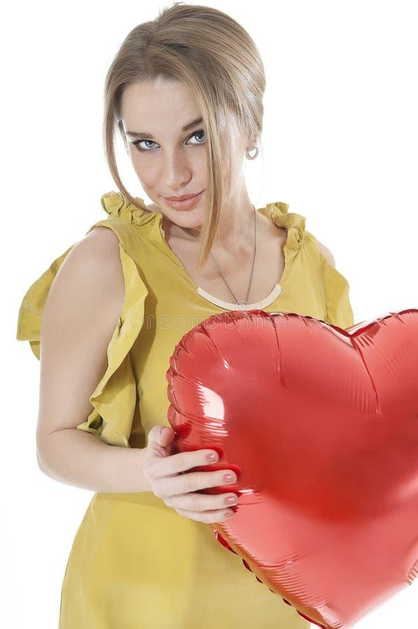 Download Pięknego Kobiety Mienia Serca Czerwony Balon Nad Białym Tłem. Zdjęcie Stock - Obraz złożonej z dzień, balon: 28955862