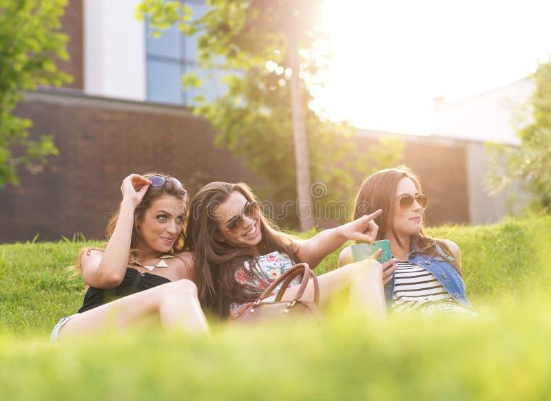 3 Pięknego kobiety odczucia dobrego w trawie fotografia stock