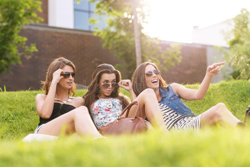 3 Pięknego kobiety odczucia dobrego w trawie zdjęcie royalty free