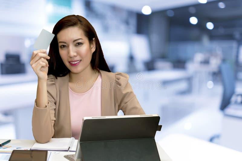 Pięknego kobiety use kredytowa karta shoping online obraz stock