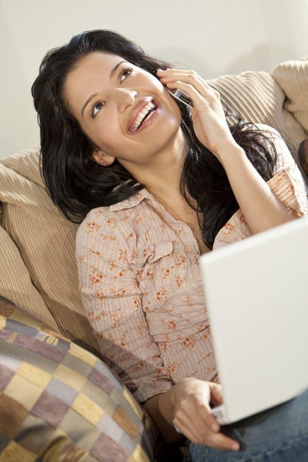 pięknego komórki laptopu łacińska telefonu kobieta zdjęcie royalty free