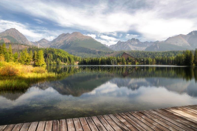 Pięknego krajobrazu - Tarn Strbske pleso, Sistani fotografia stock