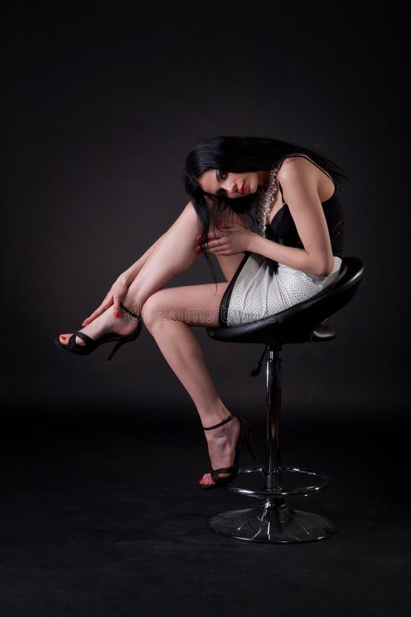 pięknego krzesła siedzący kobiety potomstwa zdjęcie royalty free
