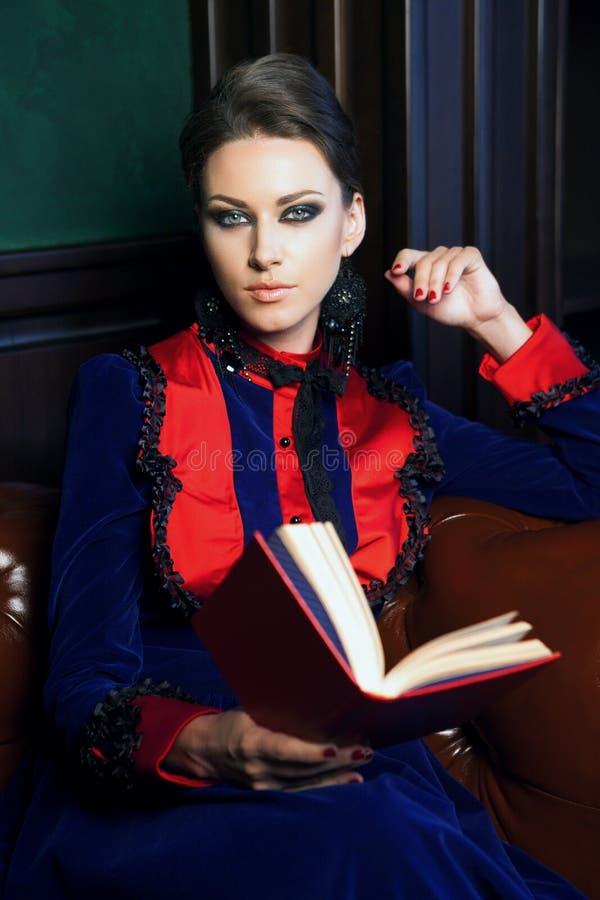 pięknego książkowego salowego portreta czytelnicza sceny kobieta zdjęcia stock