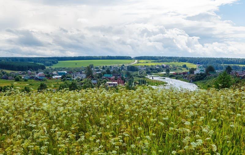 Pięknego lata wiejski krajobraz z rzeką i chmury na niebieskim niebie Rosja ural Wioska Sloboda obrazy stock