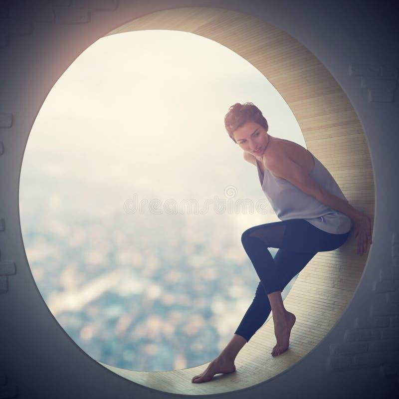 Pięknego młodego dorosłego schudnięcia ładna i atrakcyjna zmysłowości kobieta w eleganci modnej sukni w round okno obrazy stock