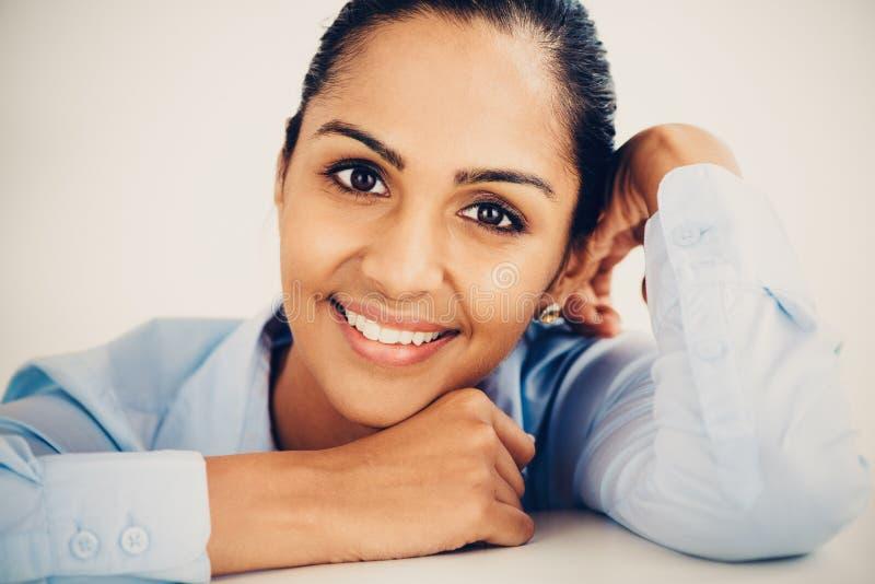 Pięknego młodego Indiańskiego biznesowej kobiety portreta szczęśliwy ono uśmiecha się zdjęcia royalty free