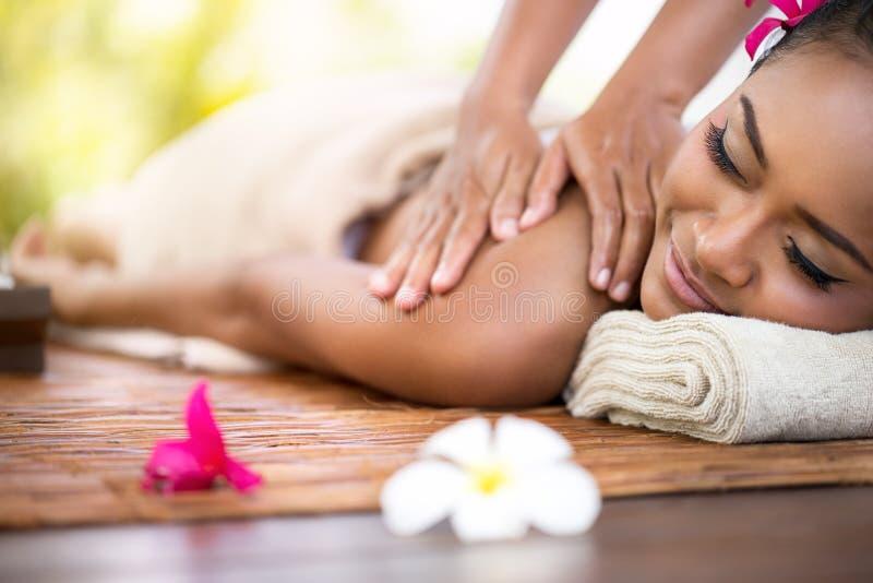 pięknego masażu plenerowi zdroju kamienia kobiety potomstwa zdjęcie royalty free