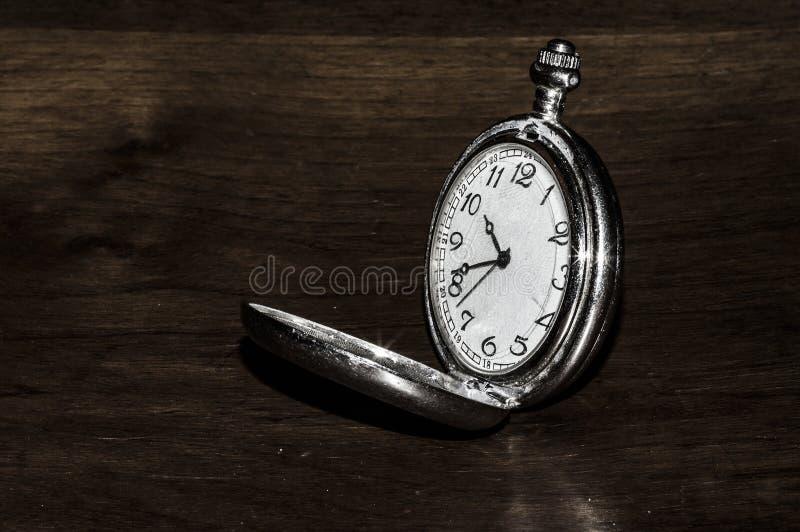 Pięknego metalu kieszeniowy zegarek na drewnianym tle fotografia stock