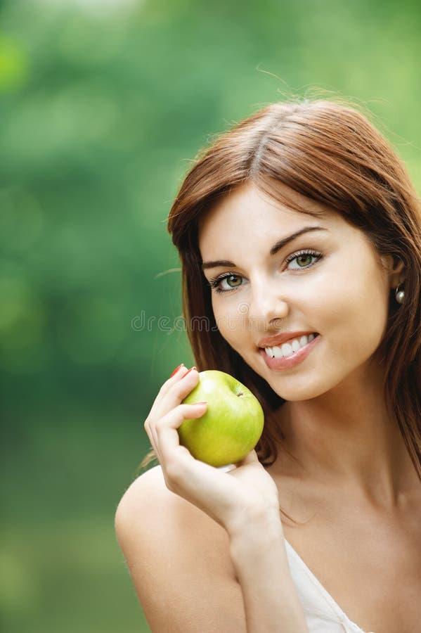 pięknego mienia uśmiechnięta kobieta obraz stock