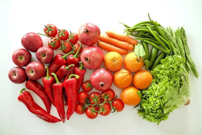 Pięknego mieszkania nieatutowy skład z różnymi rodzajami mieszany świeżych owoc, warzyw i ziele asortyment na białym stołowym wie zdjęcie stock