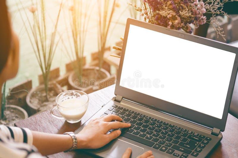 Pięknego modnisia azjatykcia kobieta używa laptop przy kawiarnią zdjęcie stock
