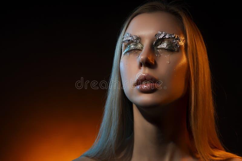 Pięknego płaczu blondynki naga dziewczyna, pokrywy klatki piersiowej toples duży dowcip zdjęcie stock