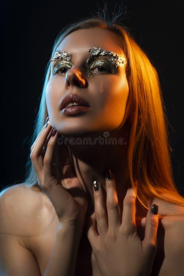 Pięknego płaczu blondynki naga dziewczyna, pokrywy klatki piersiowej toples duży dowcip obrazy stock