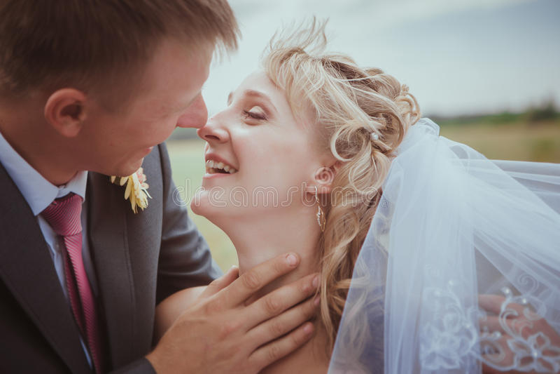 pięknego panny młodej pary mody trawy fornala całowania krótkopędu trwanie ślub Ślubny pary mody krótkopęd obrazy royalty free