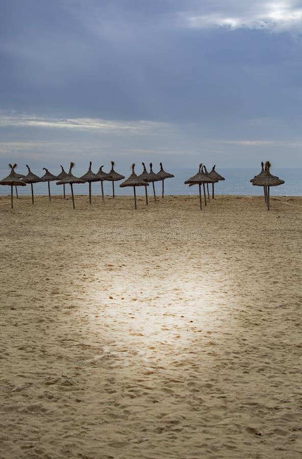 Pięknego piaska plażowi i słomiani parasols zdjęcie royalty free
