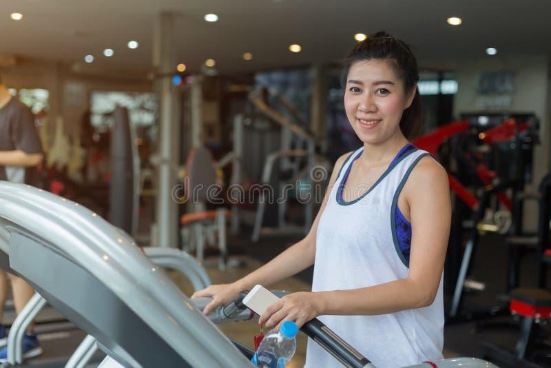 Pięknego portreta azjatykcia kobieta jogging i biega na karuzeli zdjęcie stock