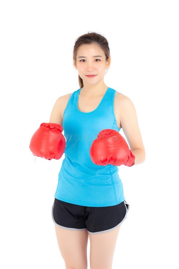 Pięknego portreta młoda azjatykcia kobieta jest ubranym czerwone bokserskie rękawiczki z siłą i siłą odizolowywającymi na białym  zdjęcia stock