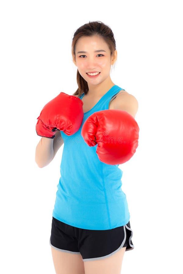 Pięknego portreta młoda azjatykcia kobieta jest ubranym czerwone bokserskie rękawiczki z siłą i siłą odizolowywającymi na białym  obraz stock