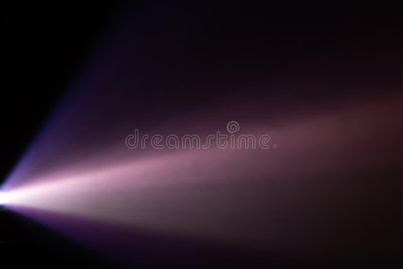 Pięknego purpurowego pantone koloru obiektywu szerokiego projektoru lekki promień dymna abstrakcjonistyczna tekstura przesiewanie fotografia stock