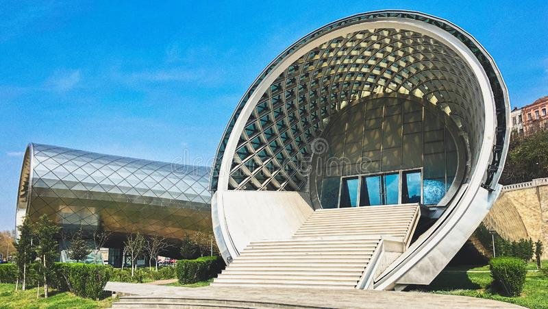Pięknego round niezwykły nowożytny futurystyczny abstrakcjonistyczny biały ganeczek z schody wejście budynek dom zdjęcia royalty free