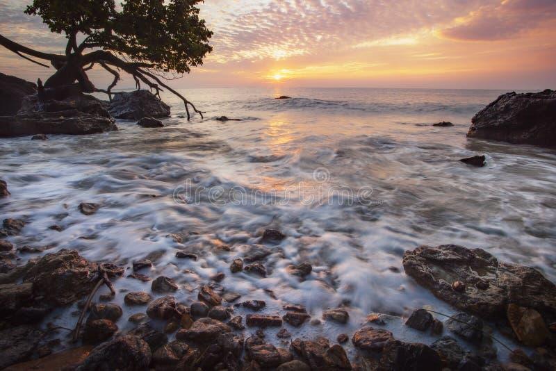 Pięknego słońca powstający niebo i morze głąbik w rayong prowinci Easter fotografia stock