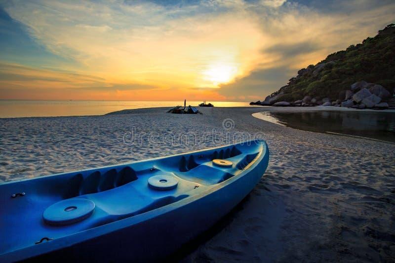 Pięknego słońca ustalony niebo z dennym kajakiem na wyspy morza plaży obrazy stock