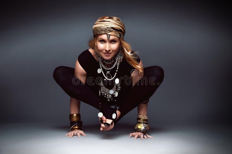Pięknego seksownego młoda kobieta blondynu odzieży czerni chuderlawy sport my obrazy stock
