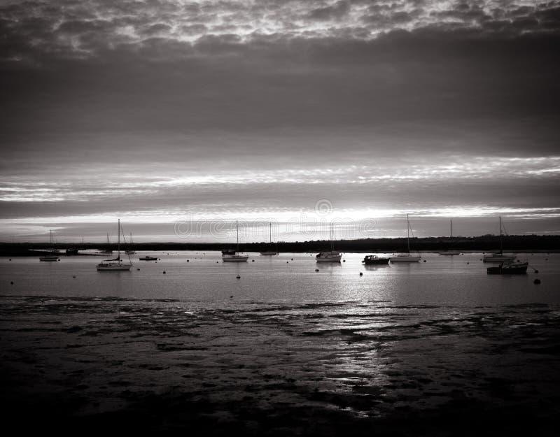 Pięknego srebnego czarny i biały brzegowego zmierzchu sceny chmurny estua obrazy royalty free