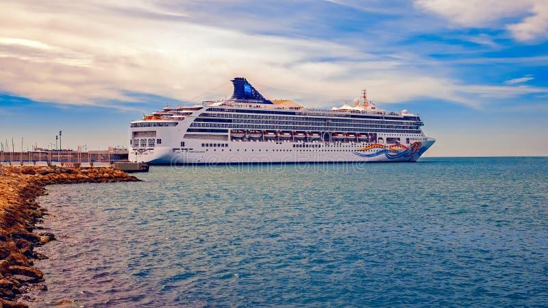 Pięknego statku wycieczkowego Norweski duch w Malaga porcie, Hiszpania obraz royalty free