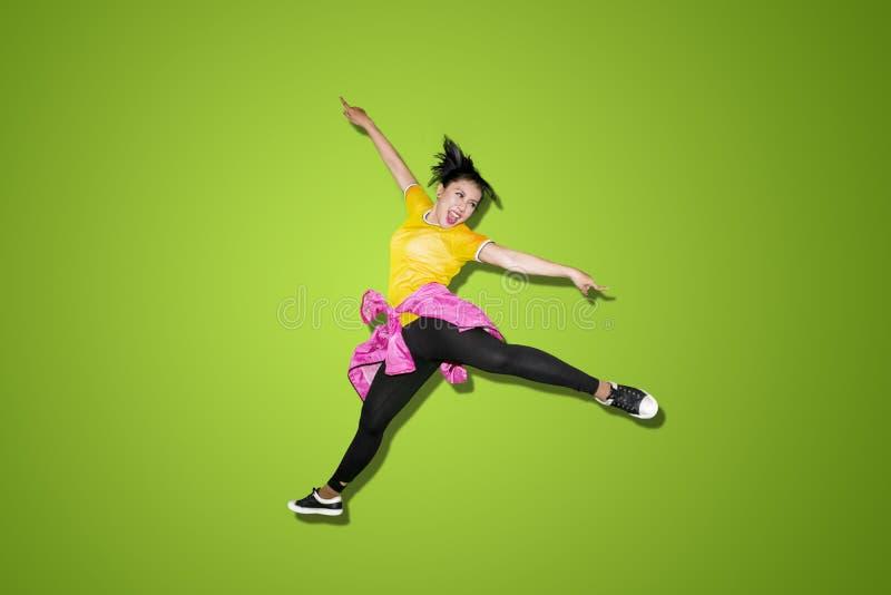 Pięknego tancerza skokowa wysokość w studiu fotografia stock