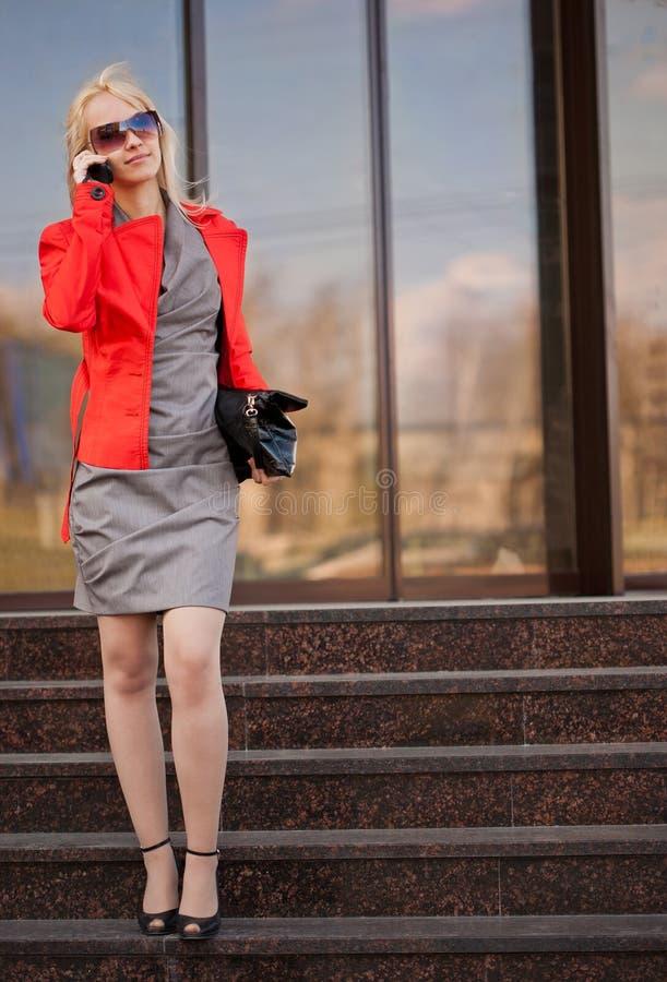 pięknego telefon komórkowy target2523_0_ kobieta zdjęcie stock