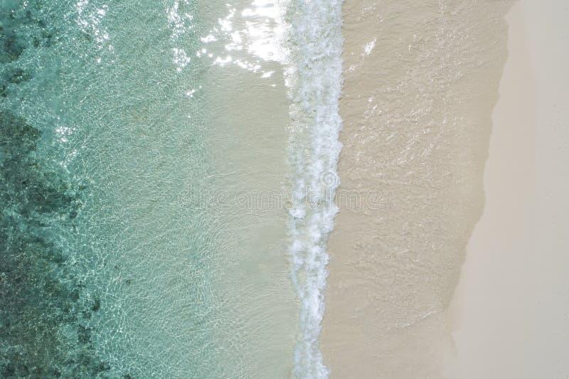 Pięknego tropikalnego bielu pusta plaża i morze machamy widziimy od above Seychelles plaży widok z lotu ptaka zdjęcie stock