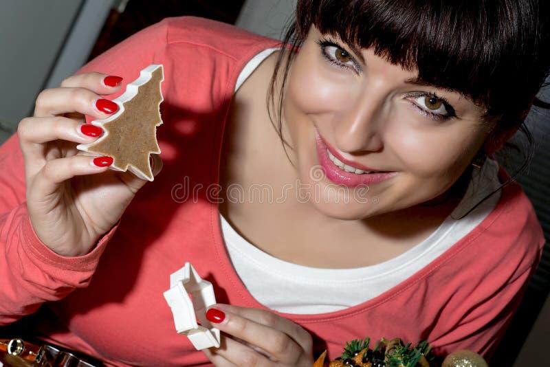 Pięknej śmiesznej kobiety tnący miodownik kształtuje od ciasta fotografia stock
